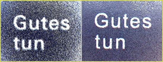 """Teilausschnitt der Schrift """"Gutes tun"""" vom linken Bogenrand – bei der echten Marke links wirkt die schwarze Farbe mit starken Farbauftrag glänzend, während diese beim rechten Ausschnitt von der Fälschung einen geringeren Farbauftrag hat und auch einen erkennbaren Rasterwinkel zeigt"""